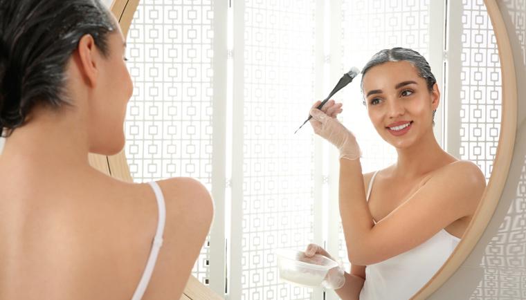 Zregenerujte vaše zničené vlasy pomocou zábalov a peelingu